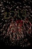 Buon anno 2019 con le stelle filante dell'oro I numeri 2019 sono integrati nei fuochi d'artificio su fondo nero Immagine Stock Libera da Diritti