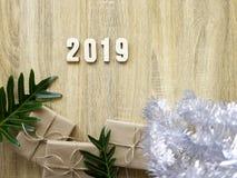 Buon anno 2019 decorativo con il contenitore di regalo su di legno immagini stock