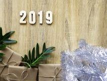 Buon anno 2019 decorativo con il contenitore di regalo su di legno immagini stock libere da diritti