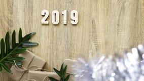 Buon anno 2019 decorativo con il contenitore di regalo su di legno fotografie stock