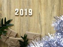 Buon anno 2019 decorativo con il contenitore di regalo su di legno fotografia stock libera da diritti