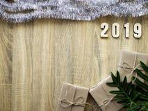 Buon anno 2019 decorativo con il contenitore di regalo su di legno immagine stock