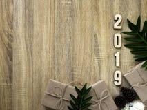 Buon anno 2019 decorativo con il contenitore di regalo su di legno immagine stock libera da diritti