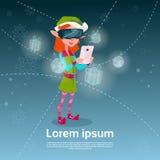 Buon anno di Buon Natale dello Smart Phone di uso di vetro di Digital di usura di Santa Helper Green Elf Girl Fotografia Stock Libera da Diritti