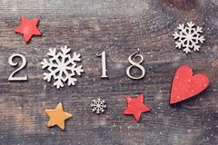 Buon anno 2018 di figure di legno reali con i fiocchi di neve e le stelle su fondo di legno con neve Immagini Stock