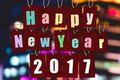 Buon anno 2017 la parola dell'alfabeto sulle etichette di carta rosse su bokeh si accende Fotografie Stock Libere da Diritti