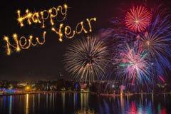 Buon anno scritto con il fuoco d'artificio sul fondo del fuoco d'artificio Fotografia Stock