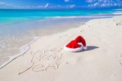 Buon anno scritto sulla sabbia bianca della spiaggia con Immagini Stock Libere da Diritti