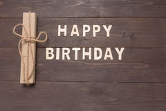 Buon compleanno e contenitore di regalo su fondo di legno con lo spazio della copia Immagini Stock