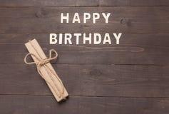 Buon compleanno e contenitore di regalo su fondo di legno con lo spazio della copia Fotografia Stock Libera da Diritti