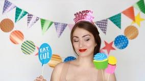 Buon compleanno Giovane donna e decorazione per la celebrazione - mangi il bigné ed il dolce video d archivio
