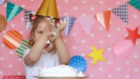 Buon compleanno La ragazza del bambino mangia un dolce con il viso e le mani sporchi stock footage