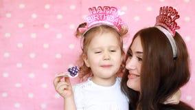 Buon compleanno Ritratto di una giovane donna e di un primo piano del bambino Famiglia - madre e figlia che abbracciano e che sor stock footage