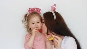 Buon compleanno Una donna ed il suo sorriso del bambino, si divertono, ridono e celebrano Corni di salto del partito della figlia archivi video