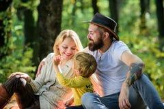 Buon giorno per il picnic della molla in natura Esplori insieme la natura Concetto di giorno della famiglia Attimo di rilassament fotografie stock