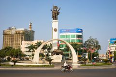 Buon mA Thuot, Vietnam - 30 de marzo de 2016: Monumento de la victoria de un tanque T-54 en el punto central de la ciudad, cruces Imagenes de archivo