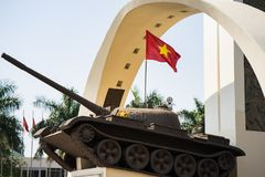 Buon mA Thuot, Vietnam - 30 marzo 2016: Monumento di vittoria di un carro armato T-54 nel punto centrale della città, le strade t Fotografia Stock