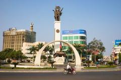 Buon mA Thuot, Vietnam - 30 marzo 2016: Monumento di vittoria di un carro armato T-54 nel punto centrale della città, le strade t immagini stock