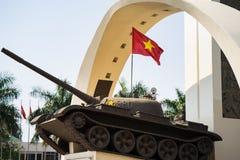 Buon mor Thuot, Vietnam - Mars 30, 2016: Segermonument av en behållare T-54 i central punkt av staden, tvärgator av 6 vägar som s Arkivbild