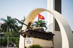 Buon mor Thuot, Vietnam - Mars 30, 2016: Segermonument av en behållare T-54 i central punkt av staden, tvärgator av 6 vägar som s Arkivfoton