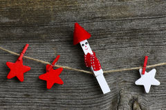 Buon Natale che appende decorazione rossa e le stelle di legno bianche Fotografia Stock Libera da Diritti