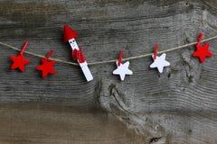 Buon Natale che appende decorazione rossa e le stelle di legno bianche Fotografie Stock Libere da Diritti