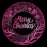 Buon Natale che segna iscrizione con lettere Ornamento disegnato a mano di inverno della struttura del giro di colore di rosa Ill fotografie stock libere da diritti
