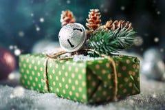 Buon Natale e buon anno Albero di Natale di Natale regalo e su fondo di legno scuro fotografie stock