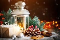 Buon Natale e buon anno Albero di Natale di Natale regalo e su fondo di legno scuro Fuoco selettivo fotografie stock libere da diritti