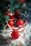 Buon Natale e buon anno Giocattoli di Natale ed albero di Natale su fondo di legno scuro verticale immagine stock