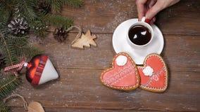 Buon Natale e concetto del buon anno I biscotti del cuore, i rami di albero dell'abete ed i giocattoli a forma di di natale sono  video d archivio