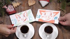 Buon Natale e concetto del buon anno tazze di caffè, rami di albero dell'abete e giocattoli di natale disposti su di legno video d archivio