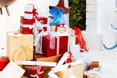 Buon Natale e concetto felice di feste Lotti dei contenitori di regalo o immagini stock