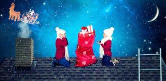 Buon Natale e feste felici! I bambini aprono una borsa dei regali da Santa Santa ha caduto un sacco dei presente ai piccoli bambi immagini stock