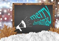 Buon Natale e megafono sulla lavagna con le foglie e la neve della città Fotografie Stock