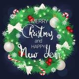Buon Natale e un nuovo anno felice Bella corona di natale Corona conifera con le palle, gli archi e le caramelle royalty illustrazione gratis