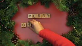 Buon Natale, mano femminile che fa frase dei cubi, umore festivo, tradizioni stock footage