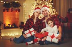 Buon Natale! padre e bambino felici della madre della famiglia con magia Immagine Stock