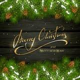 Buon Natale su fondo di legno nero con il branche dell'albero di abete Immagini Stock