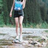 Buona camminata della natura del fiume della ragazza Immagini Stock Libere da Diritti