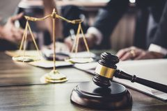 Buona cooperazione di servizio, consultazione dell'uomo d'affari ed avvocato o consulente maschio del giudice che ha riunione con immagine stock