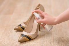 Buona donna che prende cura delle sue scarpe Fotografia Stock Libera da Diritti