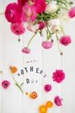 Buona Festa della Mamma lettere e ranunculus Immagine Stock