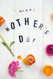 Buona Festa della Mamma lettere e ranunculus Fotografia Stock