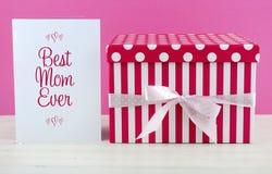Buona Festa della Mamma regalo rosa e bianco con la cartolina d'auguri Fotografie Stock Libere da Diritti