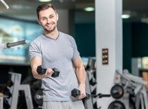Buona formazione Forma fisica delle teste di legno di esercizio invitata giovane atleta Fotografia Stock