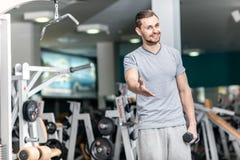 Buona formazione Forma fisica delle teste di legno di esercizio invitata giovane atleta Fotografie Stock Libere da Diritti