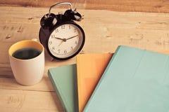 Buona memoria con caffè ed il libro Immagine Stock