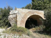 Buonalbergo - Wznawiający łuk Ponte delle Chianche obraz stock