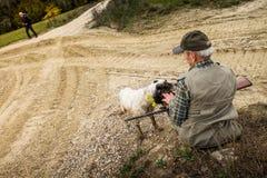 Buonconvento Siena, Tuscany - Novembre 12, 2017: Jägare i autu Arkivfoto